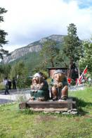 dřevění Trollové s norskou vlajkou